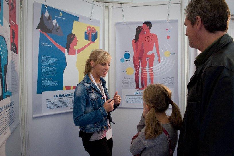 """Anaïs Petit, chef de projet de l'exposition, présente """"La chimie de l'amour"""" en 2011 © Inserm/Begouen, Etienne"""