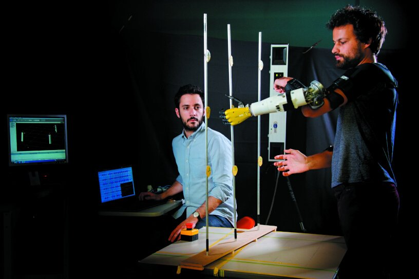 Chercheur Bras Robot © Inserm / François Guénet