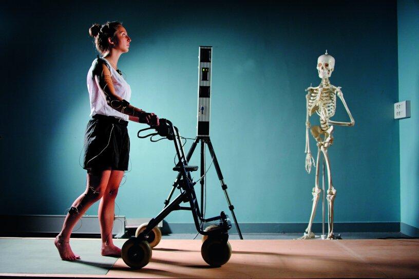 Femme avec déambulateur motorisé © Inserm / François Guénet