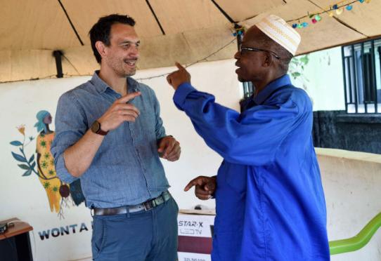 Essai PREVAC - Centre de vaccination de Mafèrinyah - Lansana Keita (à droite) est le premier volontaire de l'essai vaccinal de Mafèrinyah. Eric d'Ortenzio, Inserm, coordonnateur scientifique de l'essai pour la Guinée