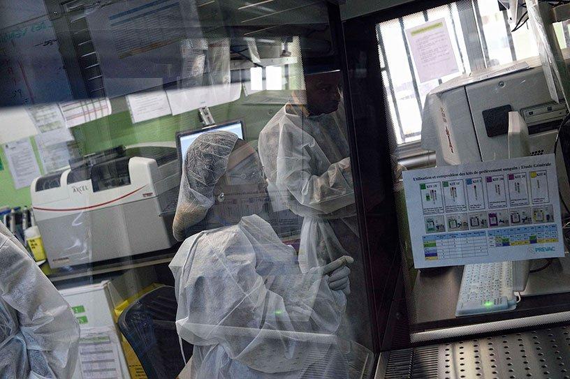 Laborantins devant du materiel d'analyse
