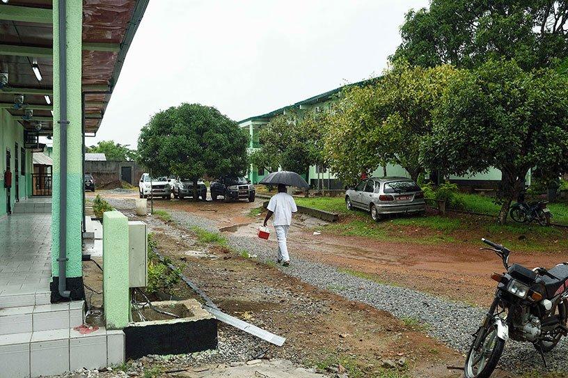 Un homme traverse une cour bordée de bâtiments