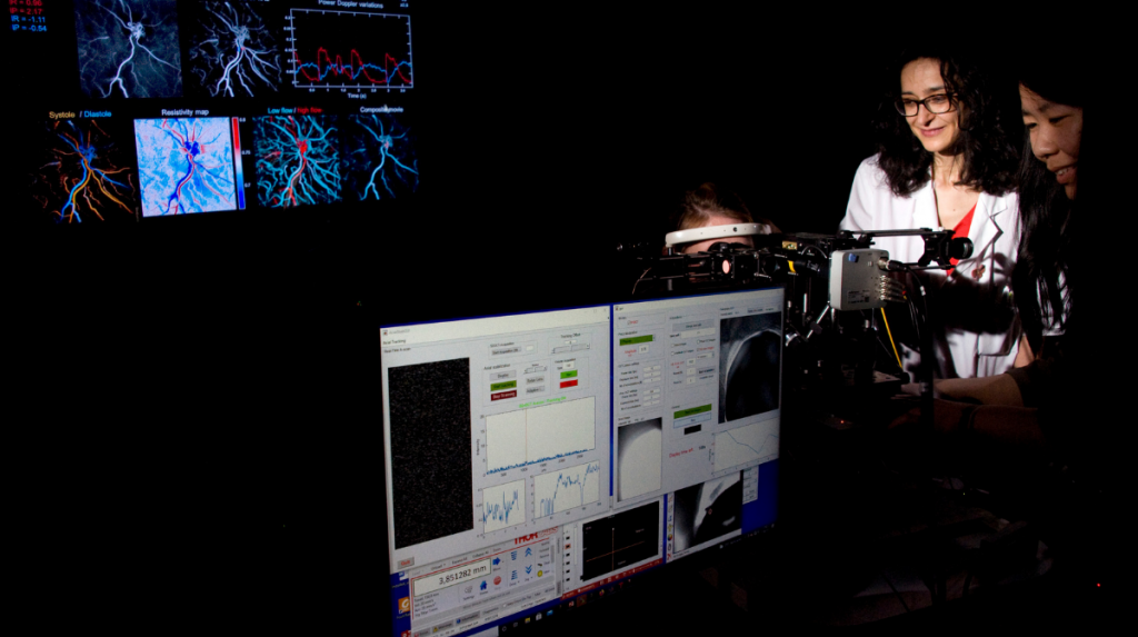 Imagerie fonctionnelle à très haute résolution. Elle permet de visualiser les cellules de l'œil et de capter les signaux très faibles qui témoignent de l'activité d'un neurone. ©Inserm/François Guénet