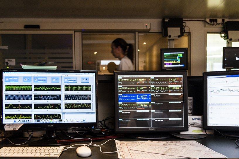 Écrans de surveillance des grands prématurés par système de monitoring néonatal mise au point par l'équipe SEPIA Surveillance ©  Inserm/Latron, Patrice