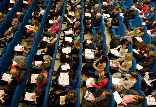 Public écoutant une conférence