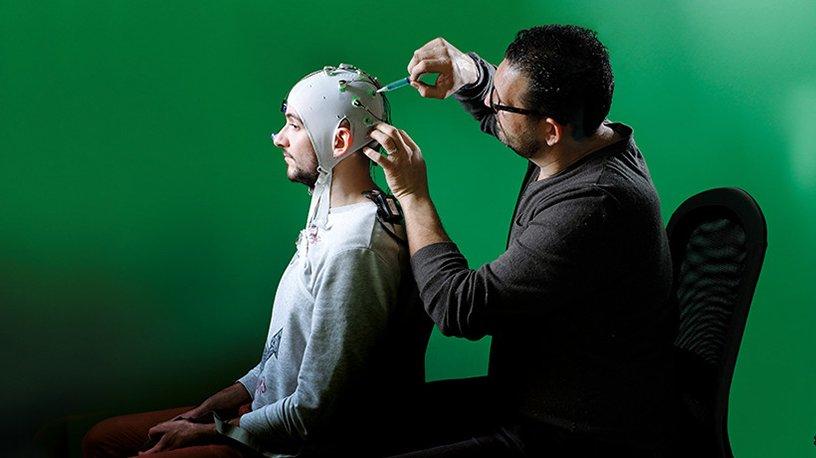 Installation d'un bonnet EEG sur un volontaire