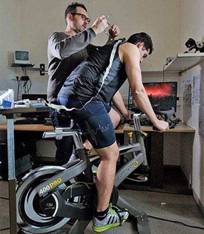 Cycliste faisant un test d'effort sur un vélo