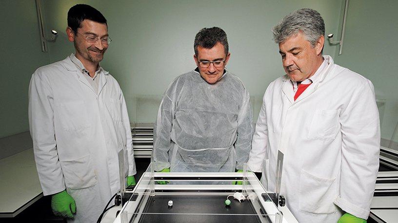 Une souris passe un test de mémoire observée par Fabrice Riet, ingénieur d'étude, Yann Hérault, directeur de l'ICS et Patrick Reilly, responsable du département @@@@Phénotypage qui réunit tous les services d'exploration clinique.