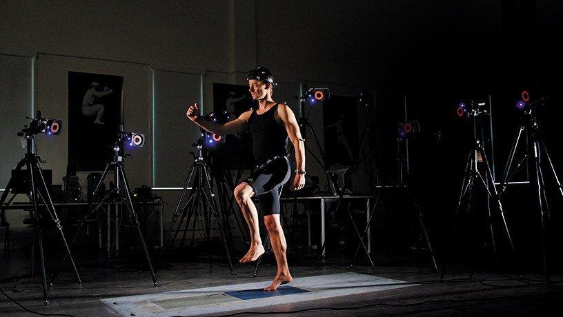 Capture en 3D des mouvements avec dispositif sans fil en laboratoire sur un volontaire, capteurs réfléchissants les infrarouges envoyés par les caméras pour l'enregistrement de l'activité électrique des muscles et des forces exercées au sol.