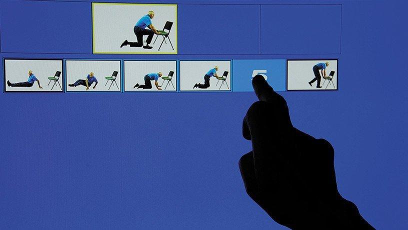 Sur l'écran il faut remettre dans l'ordre les images représentant les étapes successives pour se relever d'une chute.