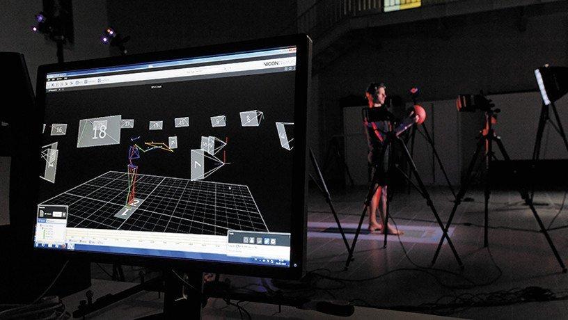 Sur l'écran, modélisation 3D du corps en mouvement.