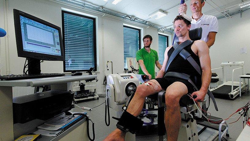 Grâce à une stimulation magnétique appliquée au niveau du cortex moteur, le chercheur déclenche un mouvement chez le sujet volontaire, enregistré via des électrodes posé sur la cuisse